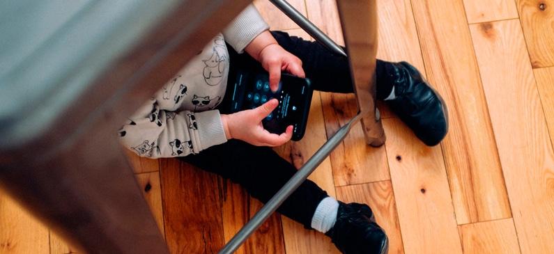 niño con un iPhone